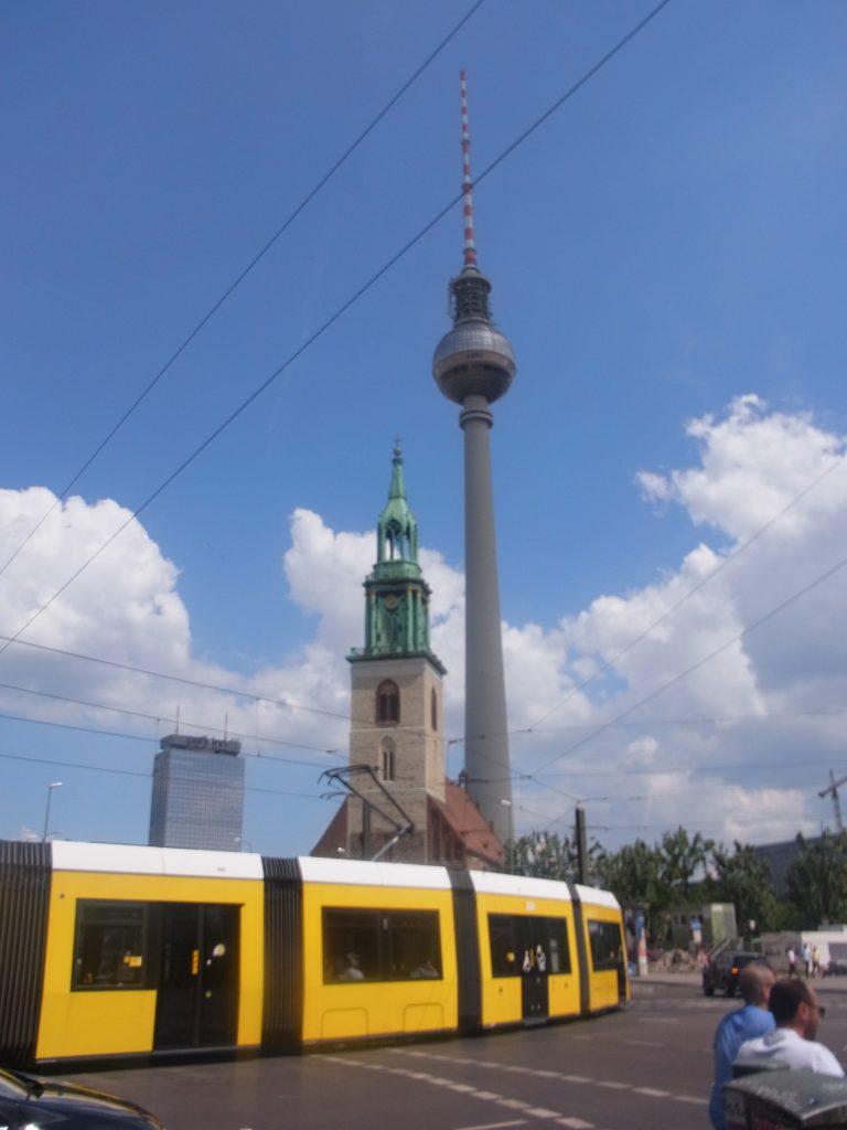 テレビ塔とベルリンのトラム